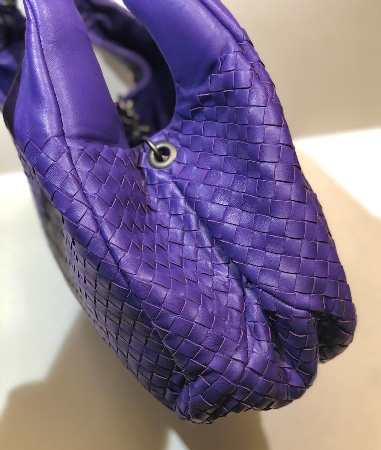 - Bottega Veneta purple intrecciato leather hobo shoulder bag.   Measurements: - Length: 36cm. - Height: 40cm. - Width: 14cm.   - Suede leather interior.