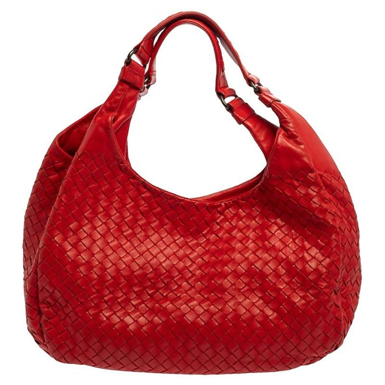 Step out in style carrying this elegant leather hobo woven in Bottega Veneta's Intrecciato pattern. The suede lining ensures that you can hold all your essentials easily. Held by a single handle, this red Campana hobo is an everlasting closet