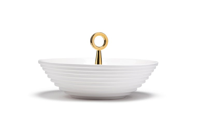 The 12:30 from the 'Meridiane' collection is a white painted ceramic bowl with 24k gold painted details. It is an accessory that can give personality to a minimalist environment and at the same time it can find its perfect location in a more classic