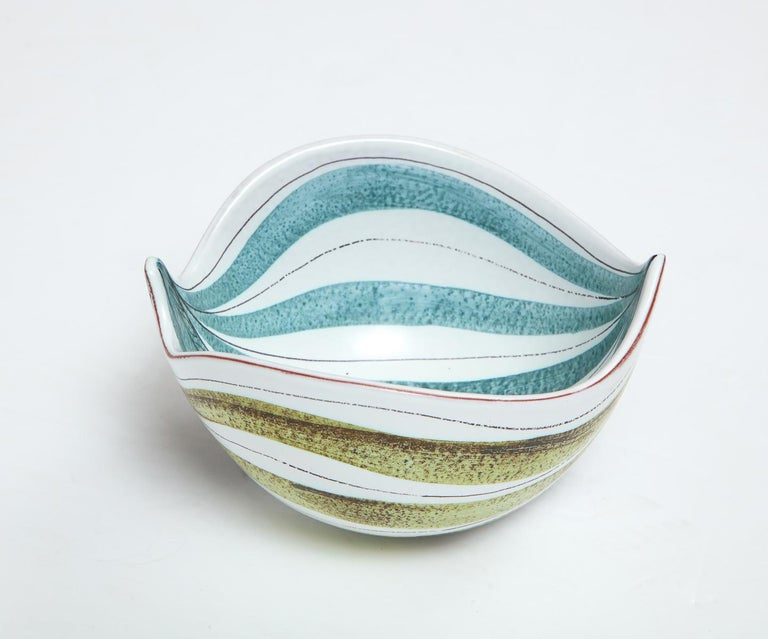 Decorative faience bowl by Stig Lindberg, Sweden, circa 1950. Very good condition.