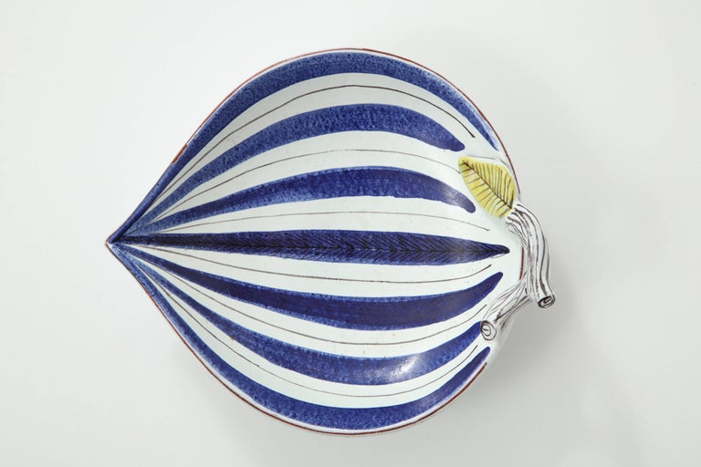 Decorative leaf shaped bowl by Stig Lindberg, Sweden, circa 1950. Faience.