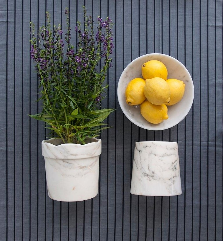 Bowl in white Carrara marble ideal for fruit and to present food. Each piece is in a way unique (every marble block is different in veins and shades) and handmade by Italian artisans specialized over generations in processing marble. Slight