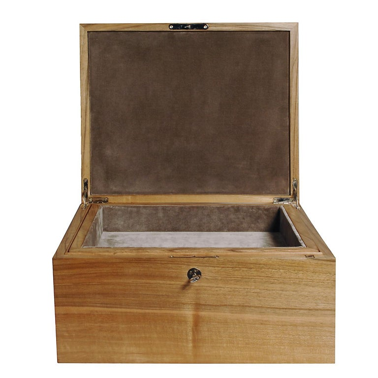This exquisite box in solid Italian walnut wood features on the inside a brown velvet lining. At the bottom of the box, there is a tray in solid wood lined with black cloth. This box is customizable with the option of different materials, dimensions