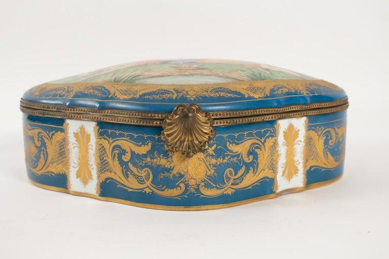 Box / Box porcelain, signed, decorated inside and outside, 19th century, original gilt bronze. Measures: L 36cm, H 13cm, P 24cm.