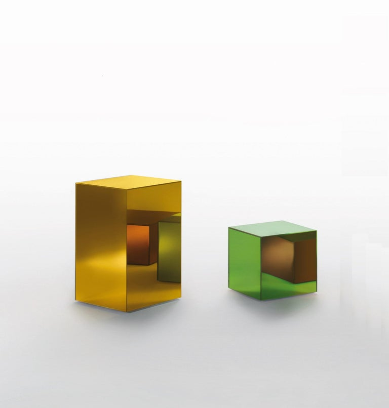 Storage units covered with a special colored mirror, available in transparent colored glass, in glossy lacquered glass or in opaque lacquered glass. Provided with wheels and a door with push-pull right or left opening system. The inside of the unit