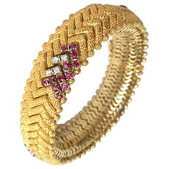Bracelet 1970 in Hammered Satin-Brushed Diamonds, 18 Karat Yellow Gold and Ruby
