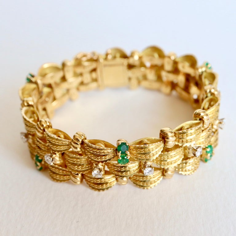 Bracelet circa 1960 Articulated in 18 Karat Yellow Gold Diamonds and Emeralds In Good Condition For Sale In Paris, FR