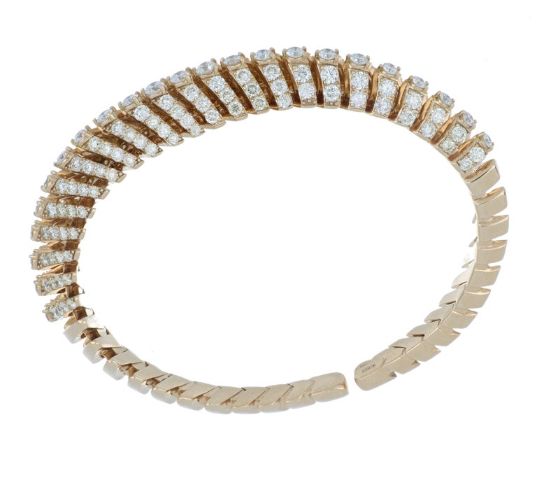 This stunning, feminine Soffio piece was inspired by the soft curves seen in dandelions. This captivating bracelet has gorgeous lines, curves, and depth. 18k rose gold, this posh bracelet is adorned on all sides with cream diamonds and white