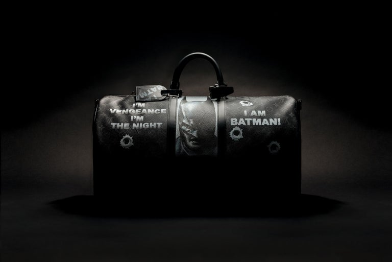 This ad is only for lovers of art and unique pieces, masterpieces because this is not only a bag but an incomparable unique piece.  The artist Patbo fascinated by the two central characters that are Batman and Joker and the black universe of Gotham