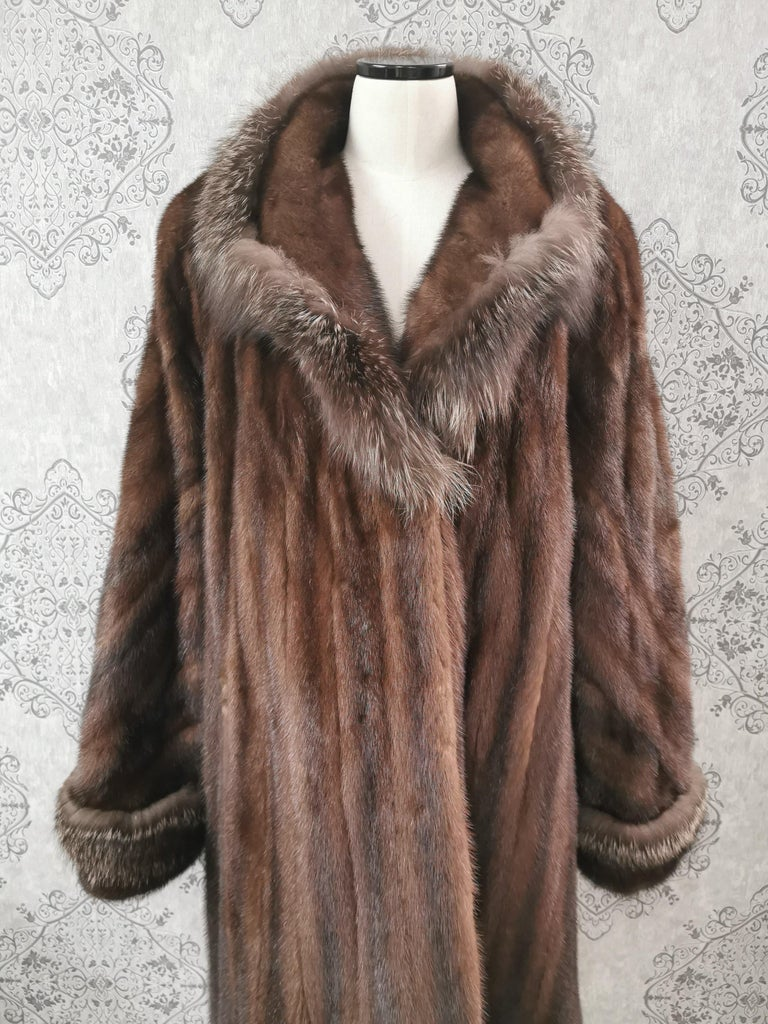 Brand New Demi Buff Mink Fur Swing Coat With Silver Fox Fur Trim (Size 14-L) In New Condition For Sale In Montreal, Quebec
