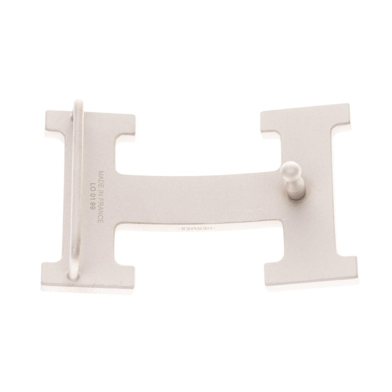 Type: Belt Buckle Brand: Hermès Model : 5382 Material : metal plated PVD Color : matt silver Signature: Hermès For a leather of 3.2 cm  Dimensions : H: 3.7 x L: 6 x P: 1.4 cm Pristine Condition- Sold with dustbag.