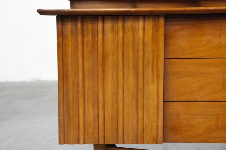 Brasilia Styled Mid-Century Modern China Display Cabinet with Hutch, circa 1950s For Sale 4