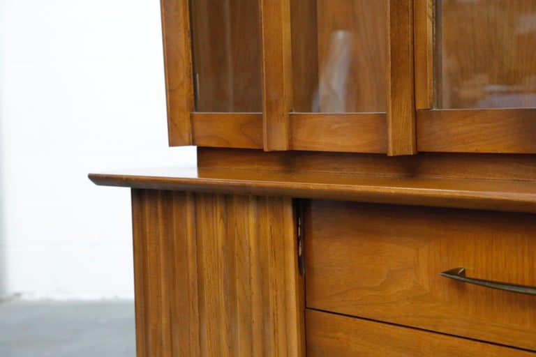 Brasilia Styled Mid-Century Modern China Display Cabinet with Hutch, circa 1950s For Sale 10