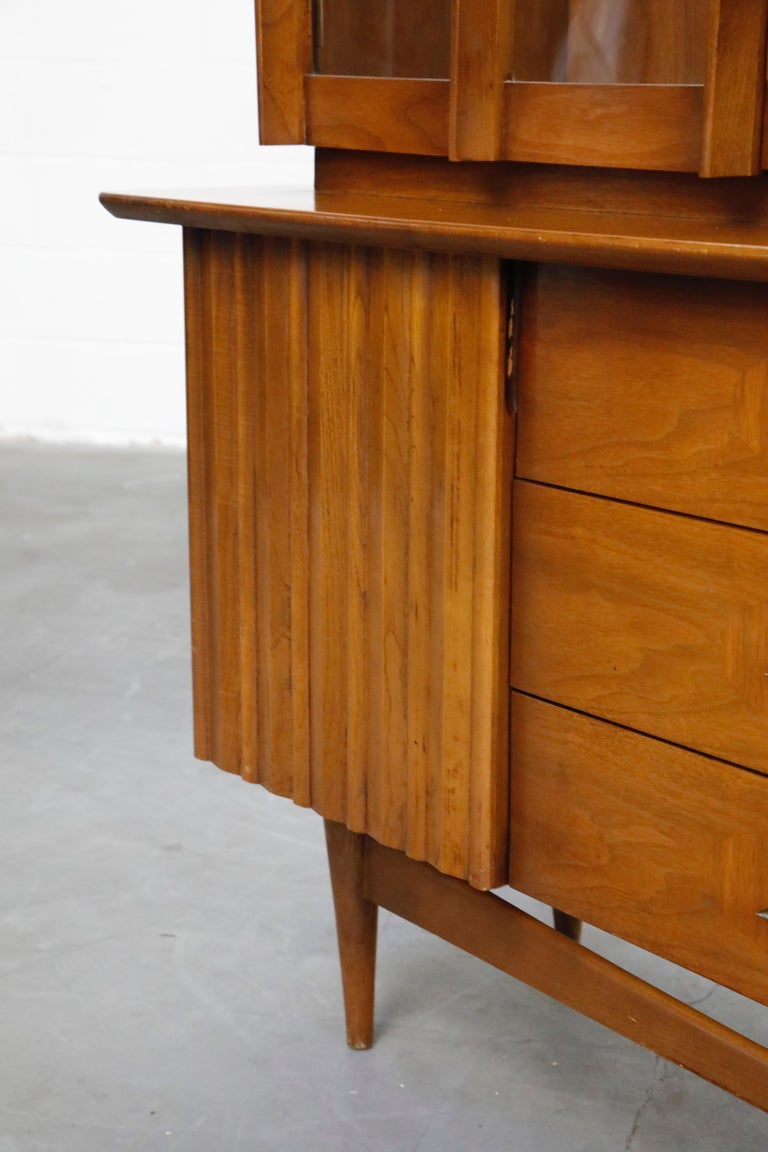 Brasilia Styled Mid-Century Modern China Display Cabinet with Hutch, circa 1950s For Sale 11