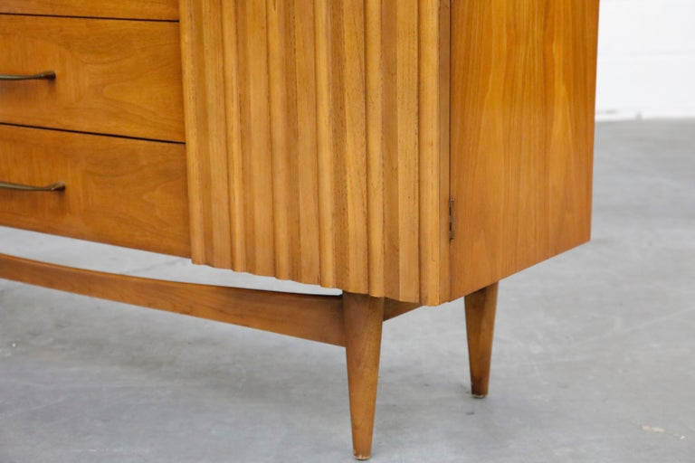 Brasilia Styled Mid-Century Modern China Display Cabinet with Hutch, circa 1950s For Sale 12