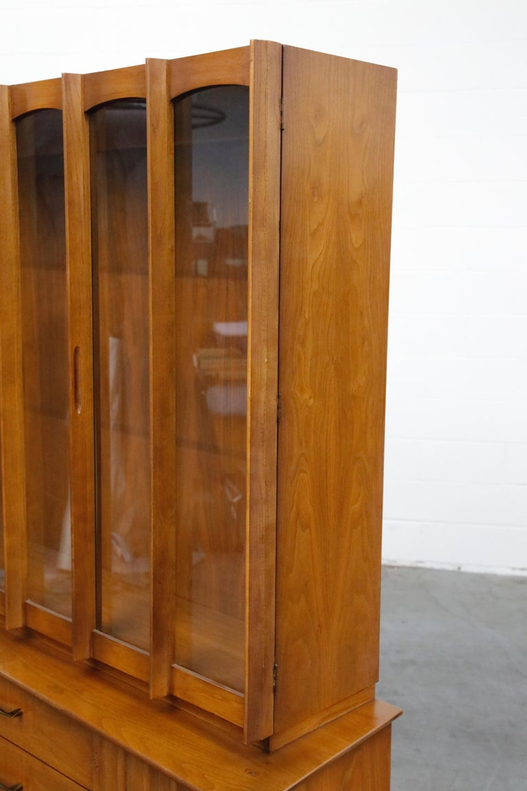 Brasilia Styled Mid-Century Modern China Display Cabinet with Hutch, circa 1950s For Sale 2