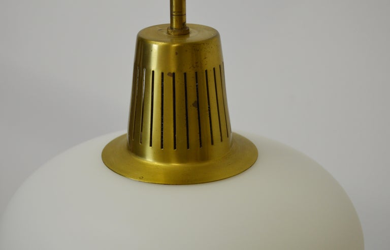 Brass and Opaline pendant by Hans Bergström In Good Condition For Sale In Alvesta, SE