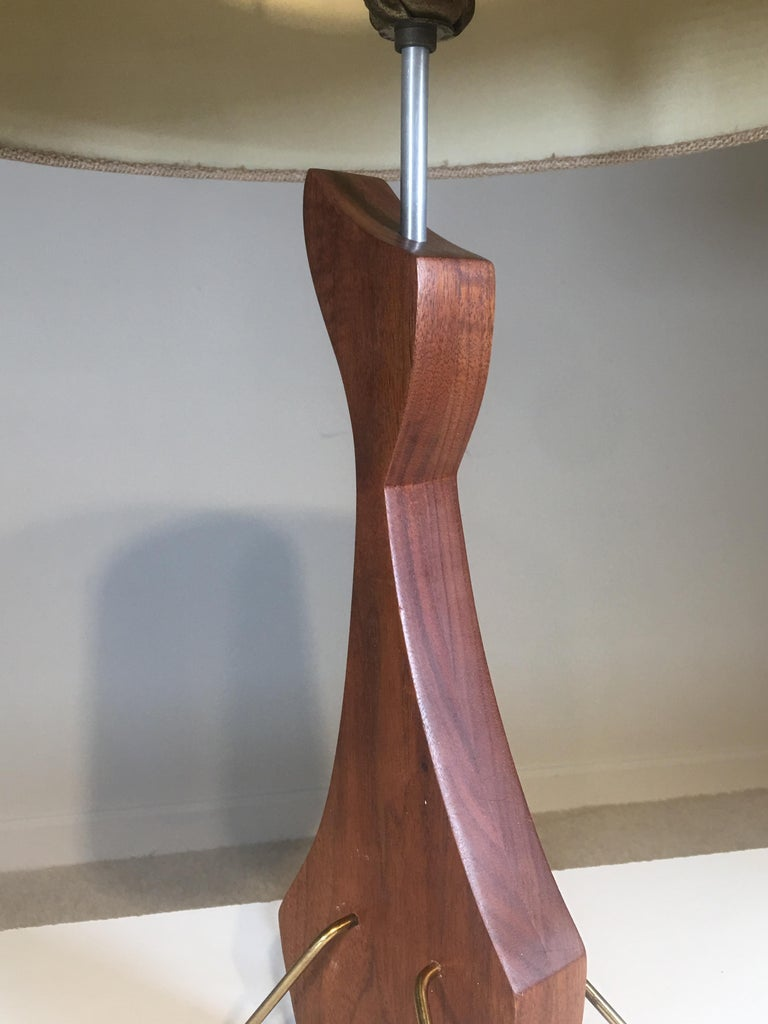 Brass and Walnut Table Lamp in the Manner of Heifetz In Excellent Condition For Sale In South Charleston, WV