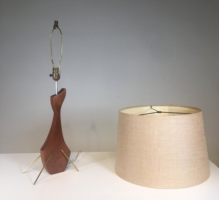 Mid-20th Century Brass and Walnut Table Lamp in the Manner of Heifetz For Sale