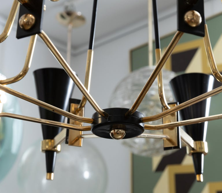 Mid-Century Modern Brass and Black Enameled Metal Chandelier Featuring Conical Shades, by Stilnovo For Sale