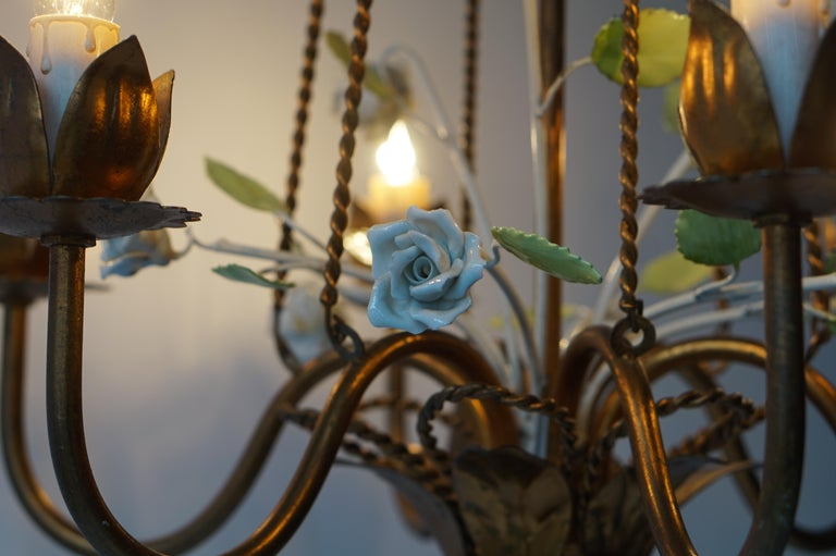 Brass Chandelier with White Porcelain Flowers In Good Condition For Sale In Antwerp, BE