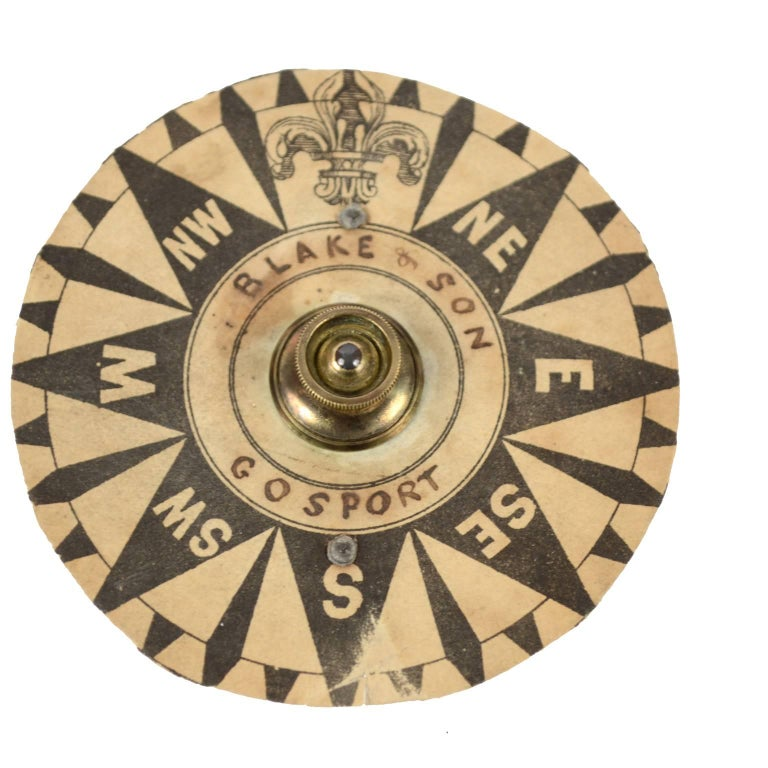Brass Compass First Half of the 19th Century Mounted on a Walnut Wooden Base For Sale 7