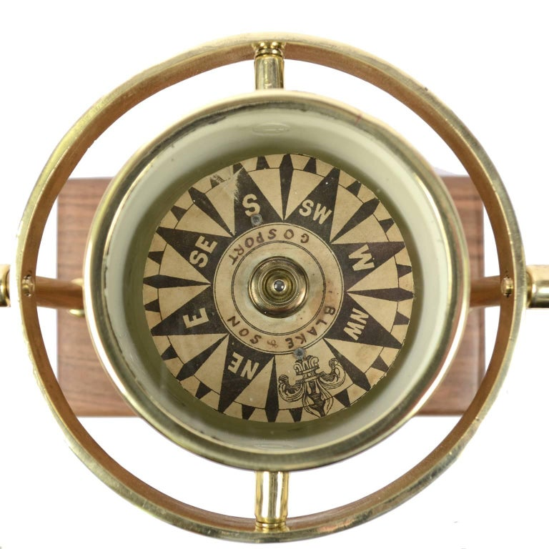 British Brass Compass First Half of the 19th Century Mounted on a Walnut Wooden Base For Sale