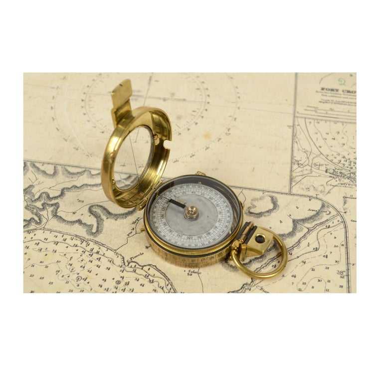 Brass prismatic bearing compass; it is a small compass, Verner's Pattern model produced in 1918 and supplied to English officers, typically used in navigation. It can also be held in the hand and therefore far from magnetic fields. It is equipped