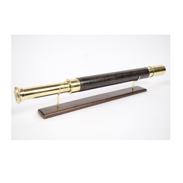Brass telescope with leather-covered handle, signed H. Hughes & Son Ltd London focusing with one extension of the early 1900s. Measures: Maximum length 64 cm, minimum 44 cm, focal diameter 4 cm. Excellent condition fully and functional, complete