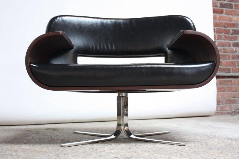 Mid-20th Century Brazilian Modern Jacaranda and Leather Swiveling Lounge Chair by Jorge Zalszupin For Sale