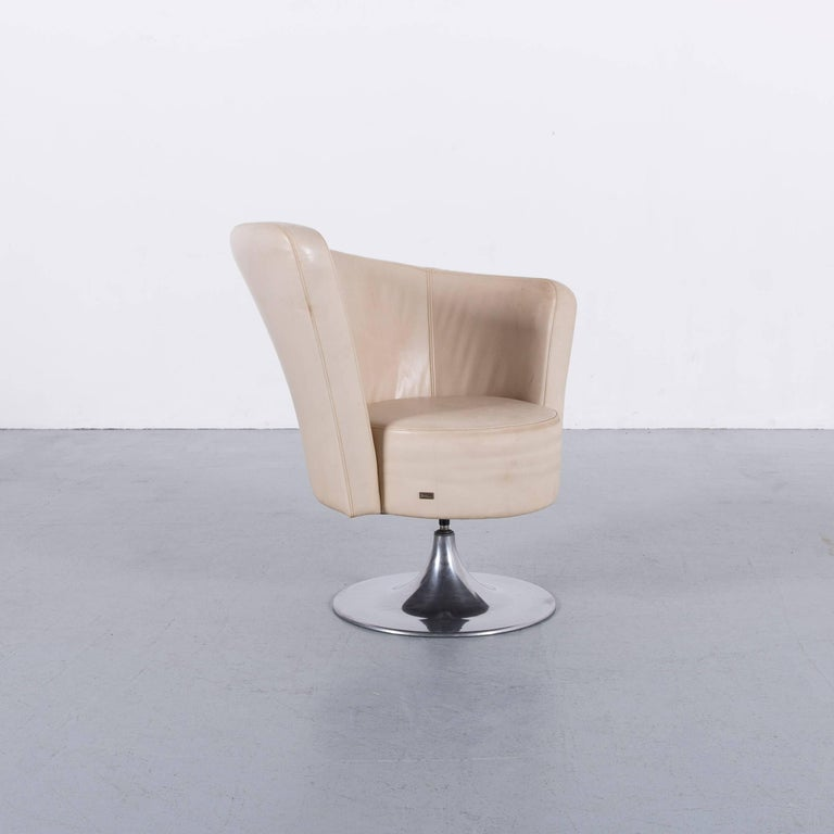 We bring to you an Bretz eves island leather armchair set off-white one-seat.