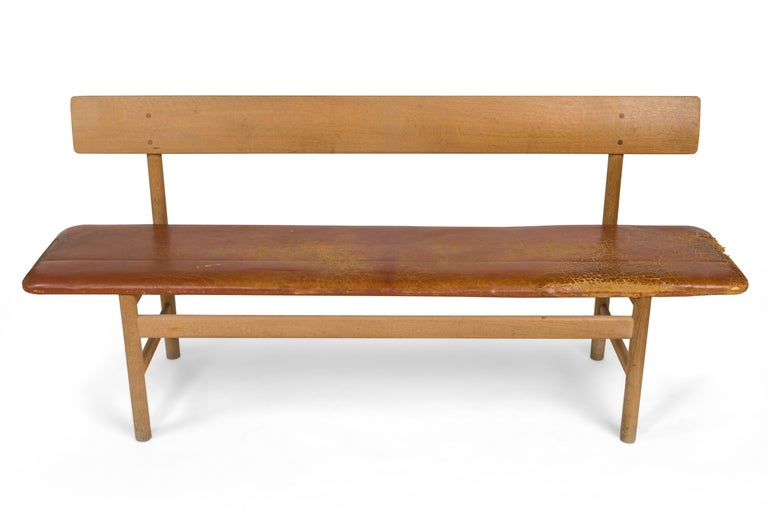 Seat/bench model 3171 designed by Børge Mogensen, manufactured by Fredericia Møbelfabrik. Designed 1956. Oak design, upholstered leather covering. Marked with remains of the manufacturer's sticker label. Dimensions: Height approximate 76 cm, width