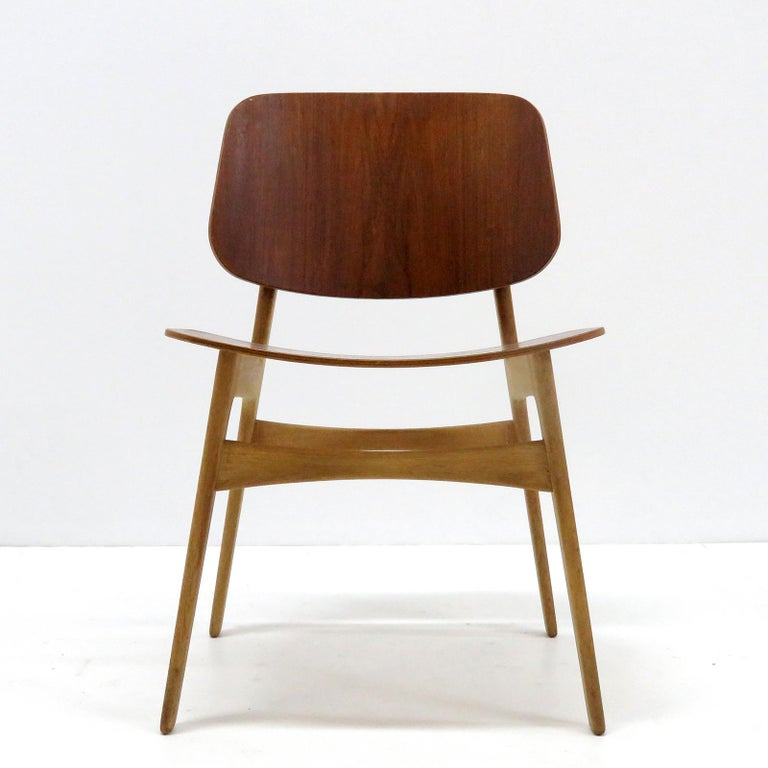 Wonderful 'Søborg' model 122 dining chairs by Børge Mogensen for Søborg Møbler with teak plywood shell seats and back rests on a beechwood frame in wonderful condition. Priced individually.