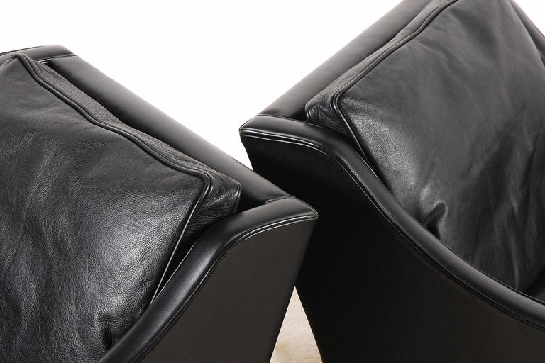 Børge Mogensen, Pair of Black Leather Armchairs Model 2207 for Fredericia For Sale 1