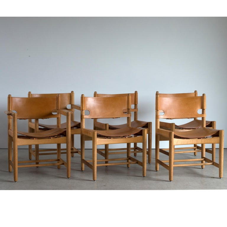 Børge Mogensen set of six dining chairs in Oak and natural tanned leather. Two chairs with armrests. Executed by Fredericia Furniture.