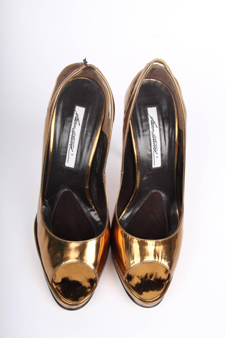 Outstanding pumps by Brian Atwood made of metallic bronze coloured leather.  A peep toe at the front and a slingback strap on the back. The straight heel measures 13 centimeters, the platform is 2,5 centimeters high. Fully lined with dark brown