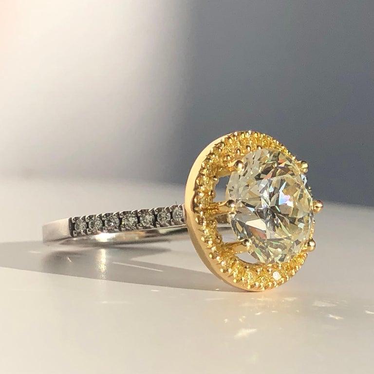 Brilliant Cut Diamond Solitaire Fancy Yellow Diamond Halo 18 Karat 4.00 Carat A In New Condition For Sale In London, GB