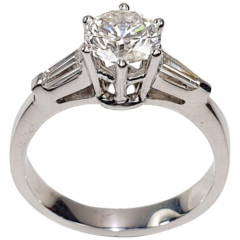 Brilliant Diamond Soliaitre Ring 1.29 Carat with Baguettes 0.32c in 18K Gold For Sale