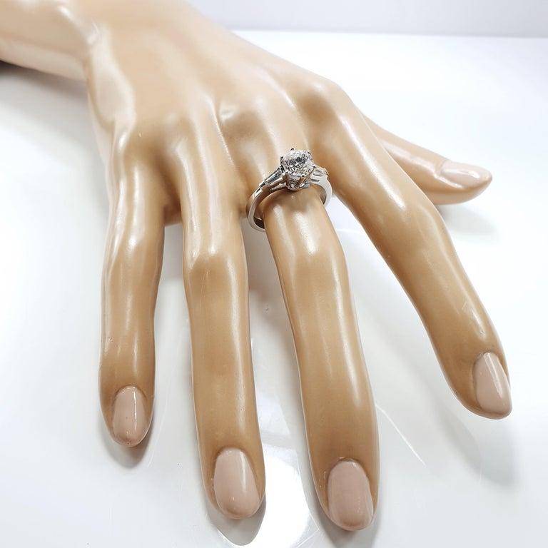 Brilliant Cut Brilliant Diamond Soliaitre Ring 1.29 Carat with Baguettes 0.32c in 18K Gold For Sale