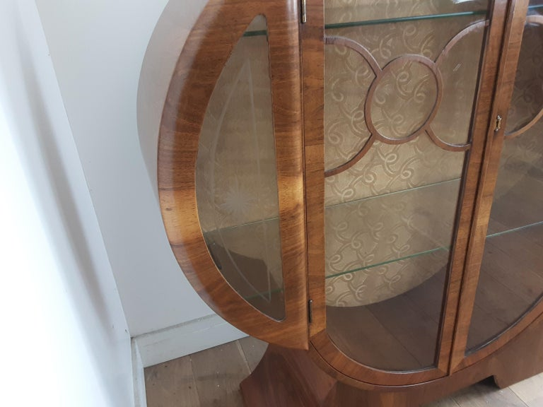 British Art Deco Display Cabinet Bookcase in Walnut In Good Condition For Sale In London, GB