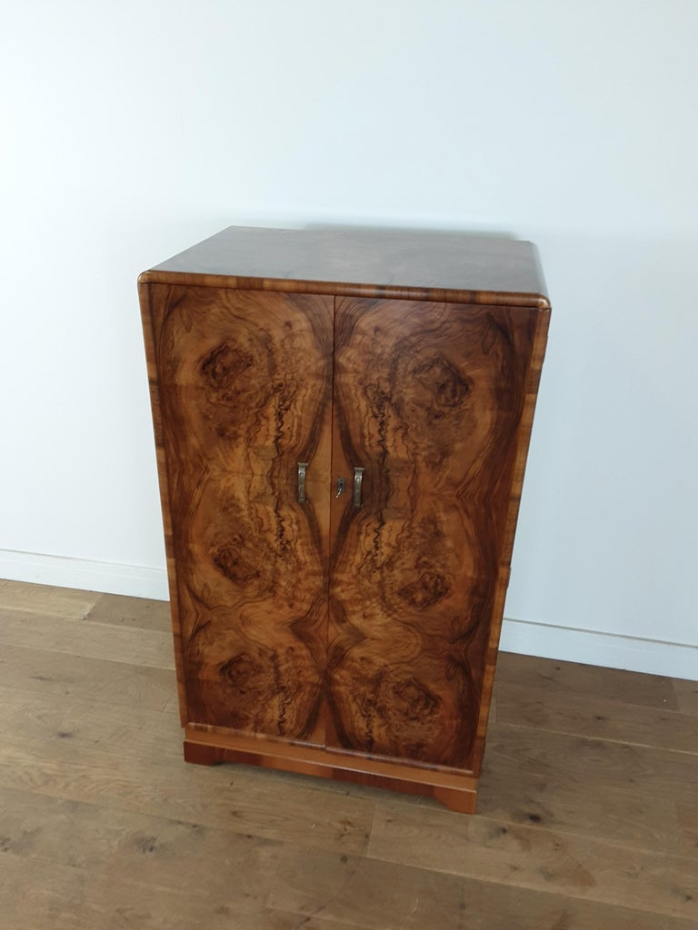 British Art Deco Figured Walnut Fitted Tallboy In Good Condition For Sale In London, GB