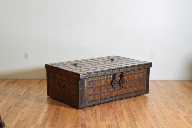 British Colonial Indian Large Teak and Iron-Bound Haveli Trunk, circa 1860 In Excellent Condition For Sale In Atlanta, GA