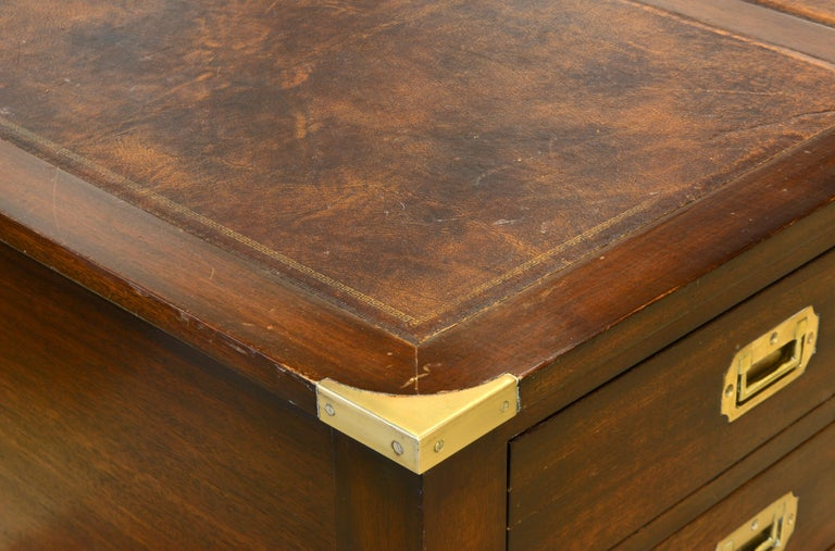 British Colonial Mahogany Campaign Style Leather Top Gentleman's Desk, 20th C. In Good Condition In Ft. Lauderdale, FL