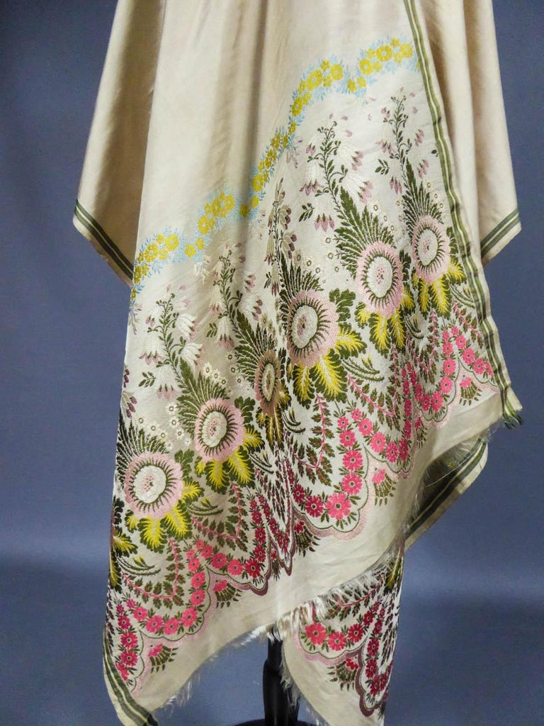Circa 1820 England  Elegant fashion scarf in brocaded silk - England, manufactory of Spitalfield around 1820. Seven boteh in bouquets of naturalistic flowers constitute each end of this scarf with ivory silk serge background. On the sides presence