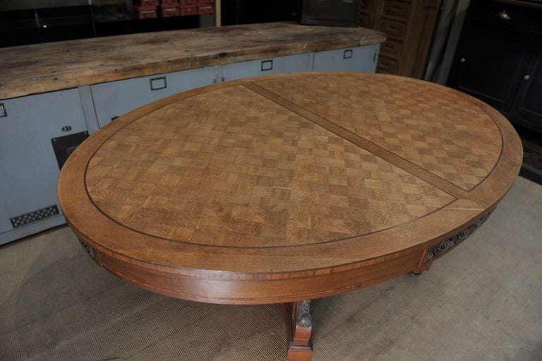 Bronze and Oak Marqueterie Expandable Dining Table Louis XVI Style, circa 1920 In Good Condition For Sale In Roubaix, FR