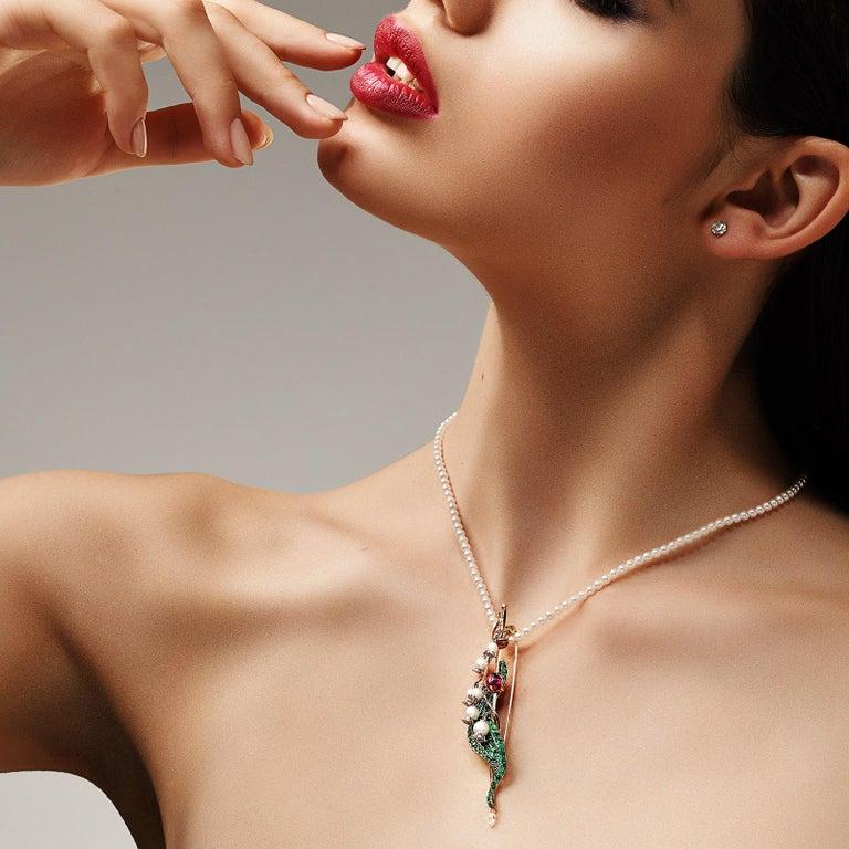 Women's or Men's Brooch 18 Karat Yellow Gold 2.48 Carat White Diamonds 3.14 Carat Emeralds For Sale