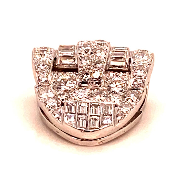 Women's or Men's Brooche Art Deco Diamonds Brillants and Baguettes 5 Carat Platinium and Gold For Sale