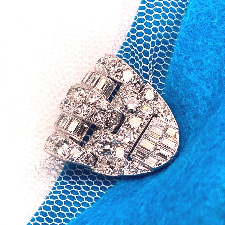 Brooche Art Deco Diamonds Brillants and Baguettes 5 Carat Platinium and Gold For Sale 2