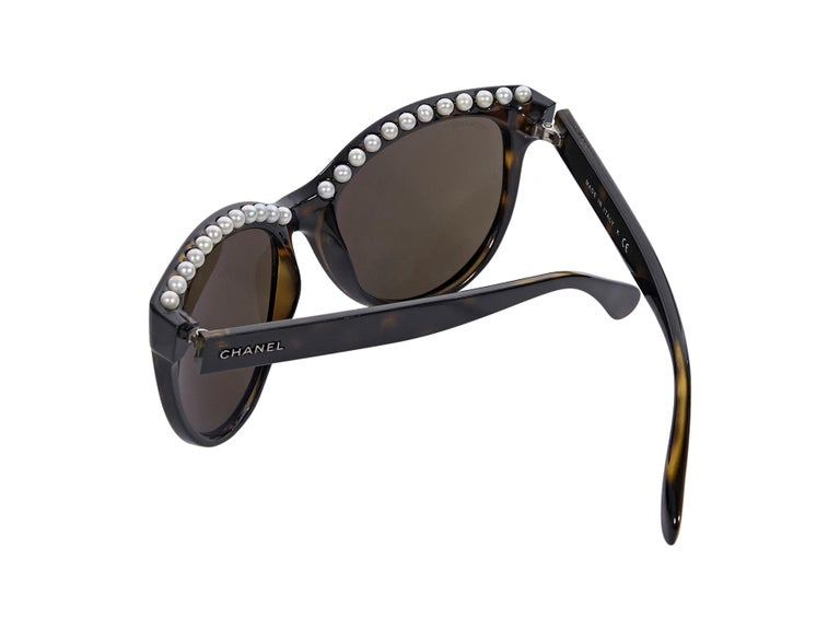 Chanel Brown Faux Pearl-Trimmed Sunglasses In Good Condition For Sale In New York, NY