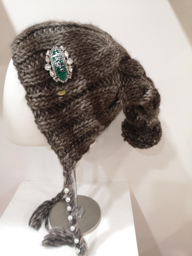 Brown grey wool peace brooch hat In New Condition For Sale In Capri, IT